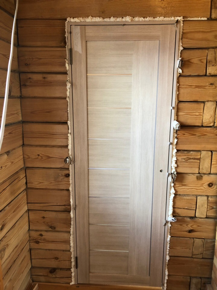 Установка межкомнатной двери в деревянный дом, крепление на пену