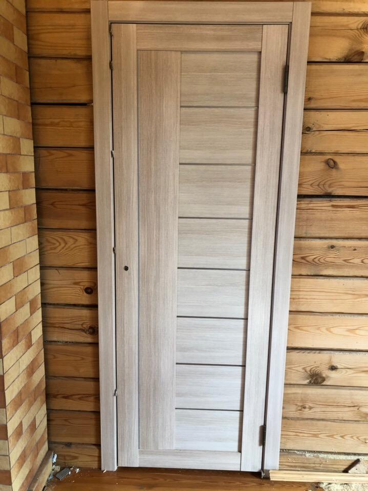 Установка межкомнатной двери в деревянный дом, монтаж наличников
