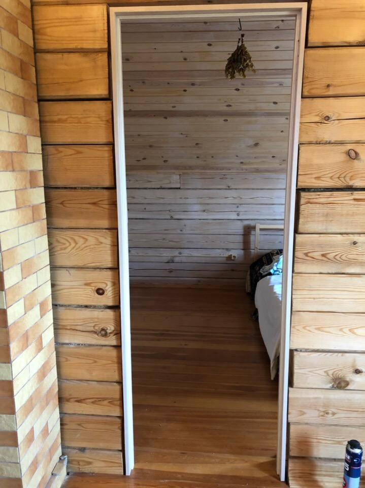 Установка межкомнатной двери в деревянный дом, монтаж коробки
