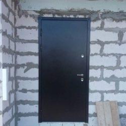 Монтаж входной уличной двери в строящийся коттедж из сибита