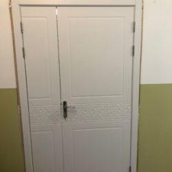 Двустворчатая белая дверь в офис с установкой